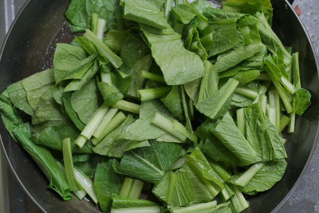 小松菜を炒める