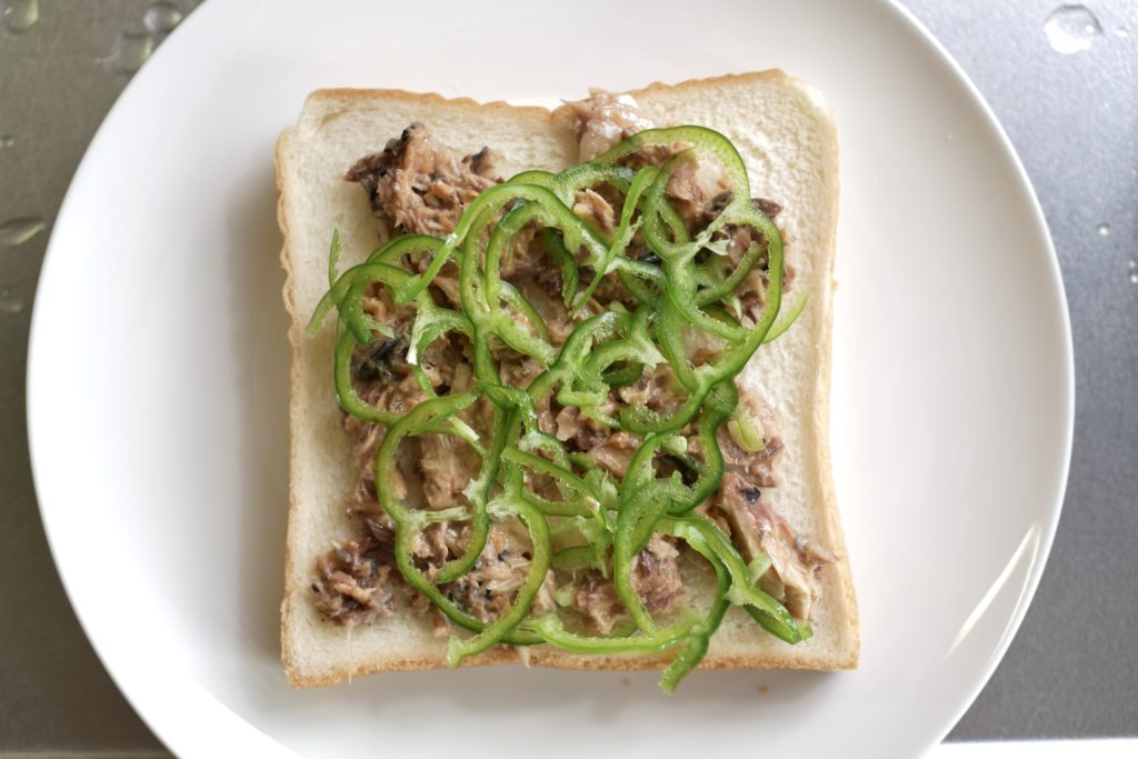 食パンに鯖味噌とピーマンをのせる