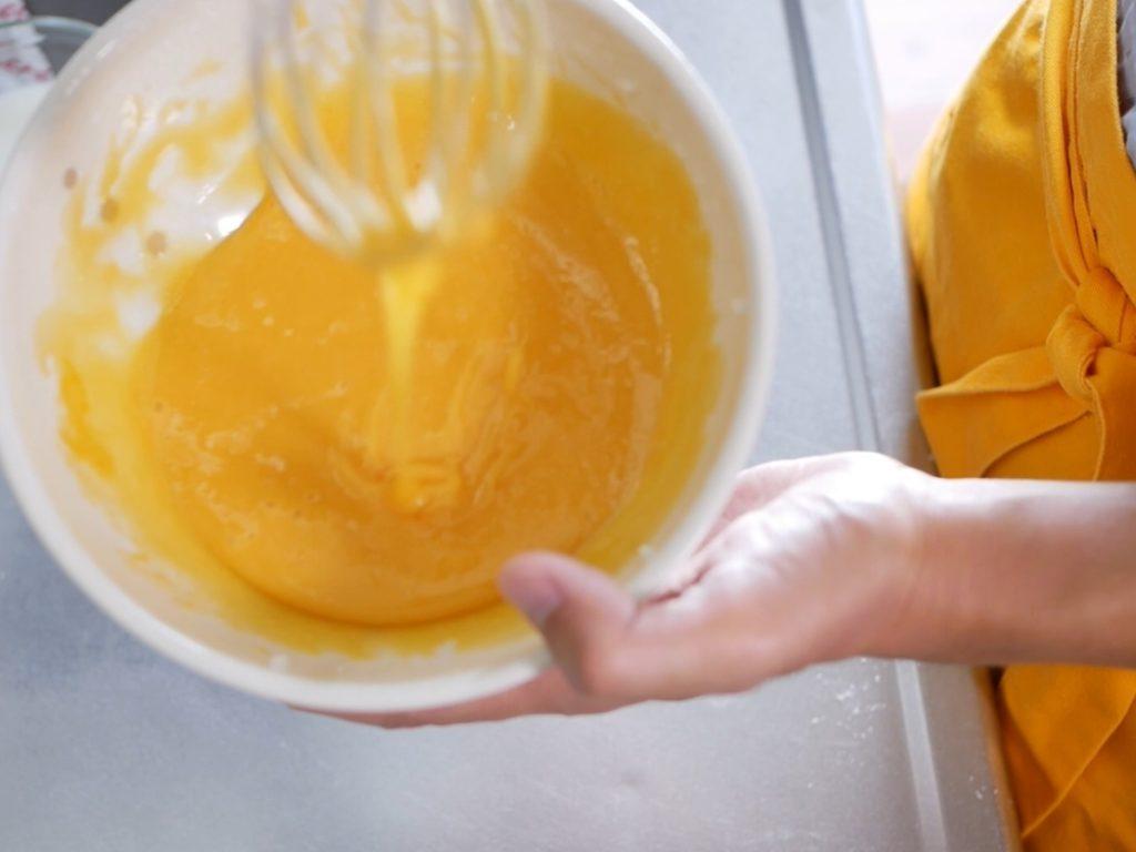 卵黄の生地を仕上げる