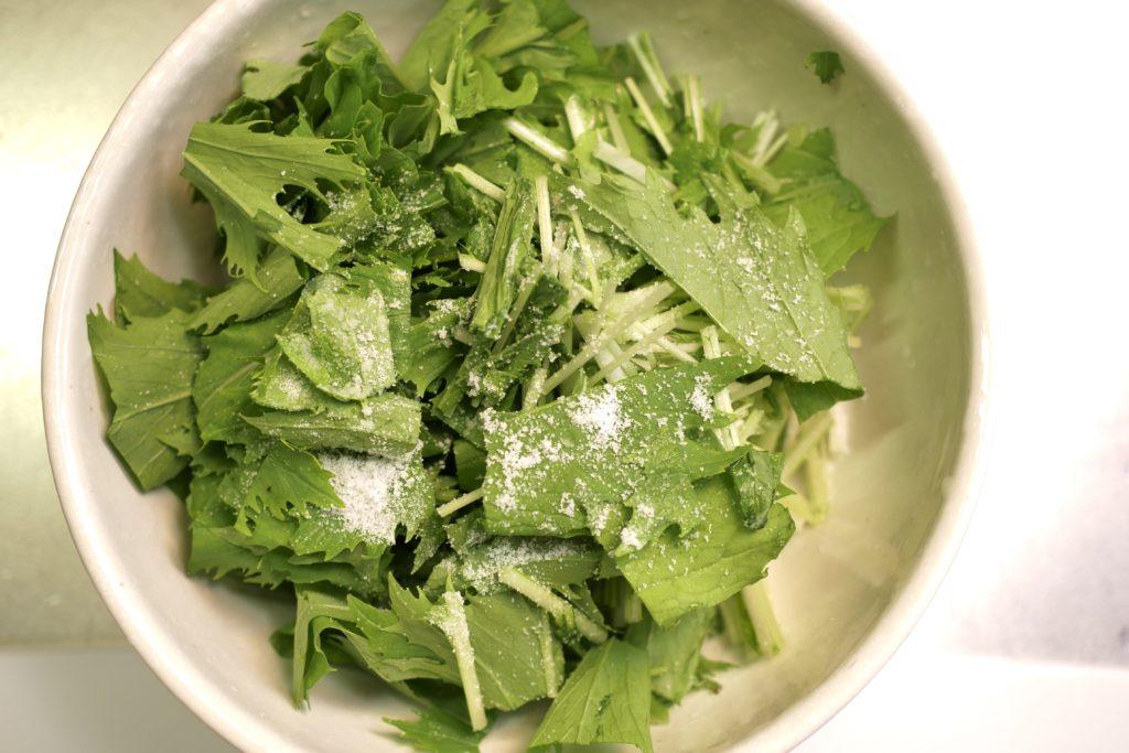 水菜を塩もみする