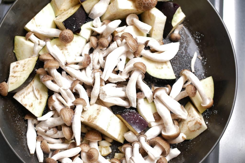 フライパンで野菜を蒸す