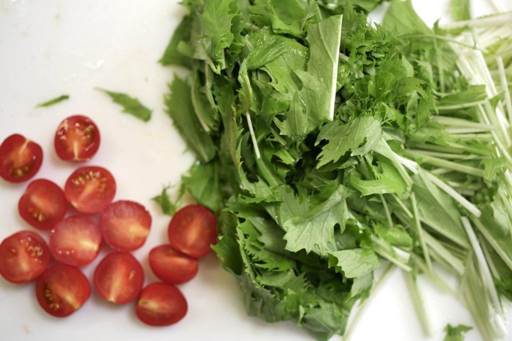 ミニトマトと水菜を切る