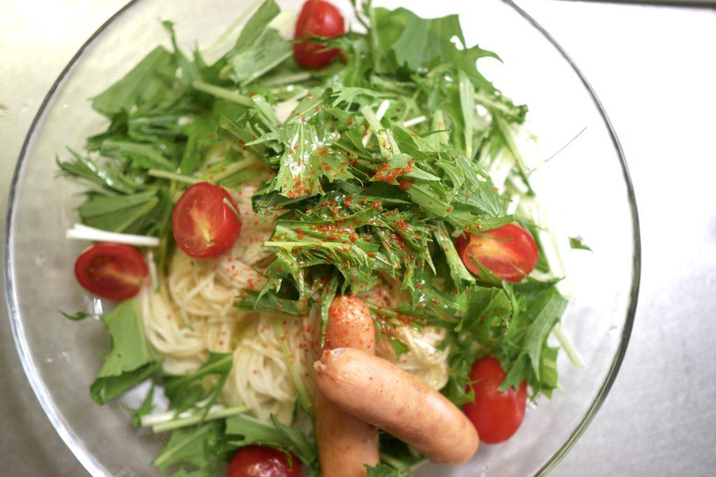 皿に野菜とそうめんを盛り付ける