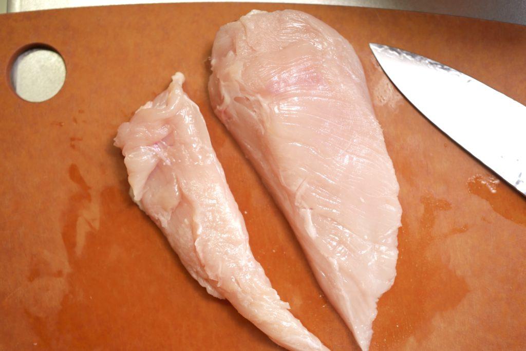鶏胸肉を切り分ける