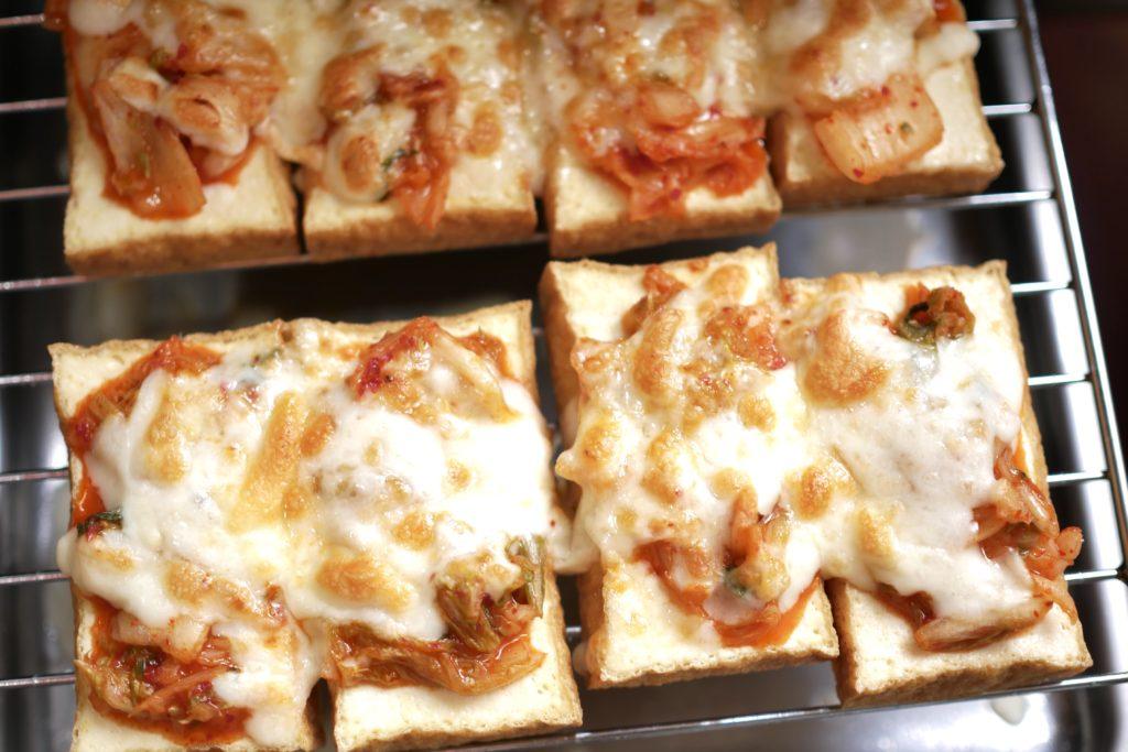 キムチ、チーズを乗せて焼く