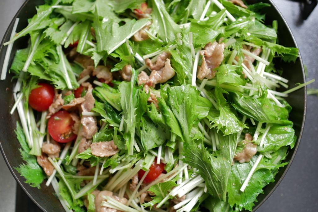 生姜焼きサラダを仕上げる