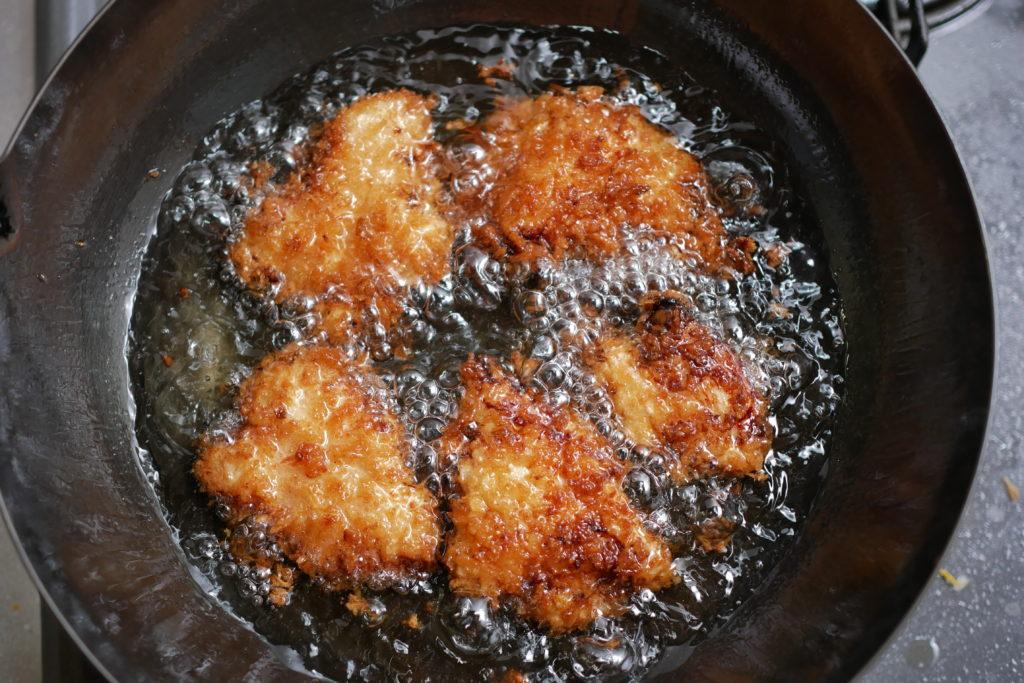 チキンカツを揚げる