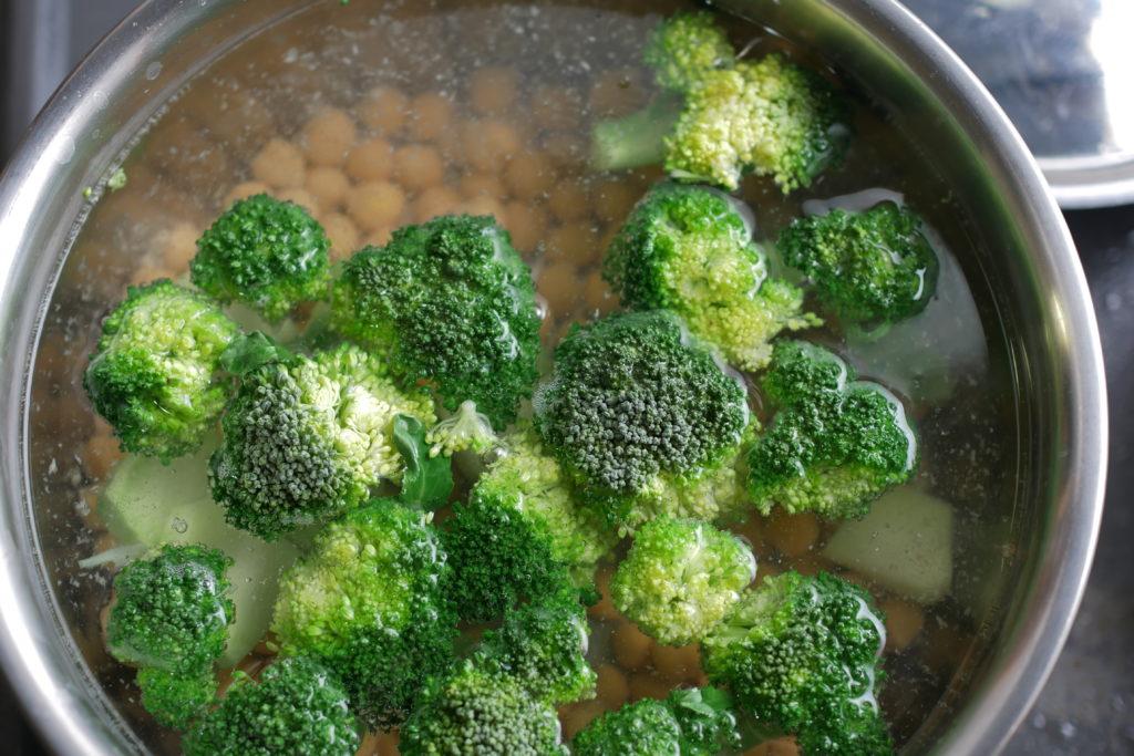 ひよこ豆とブロッコリーを茹でる