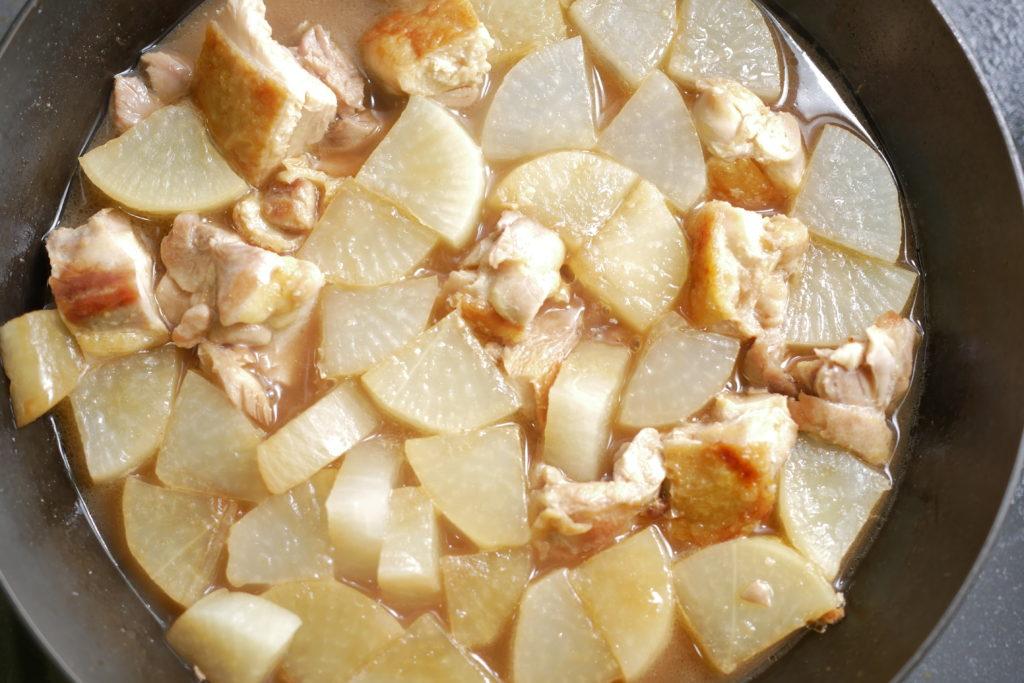鶏もも肉と大根を煮る