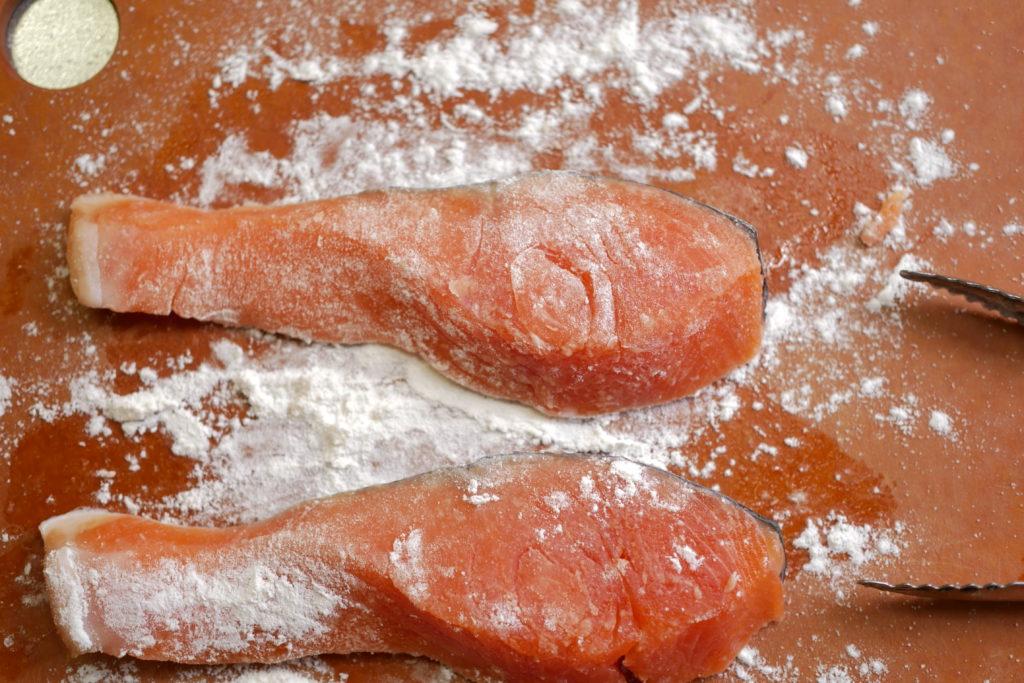 鮭へ粉をふる