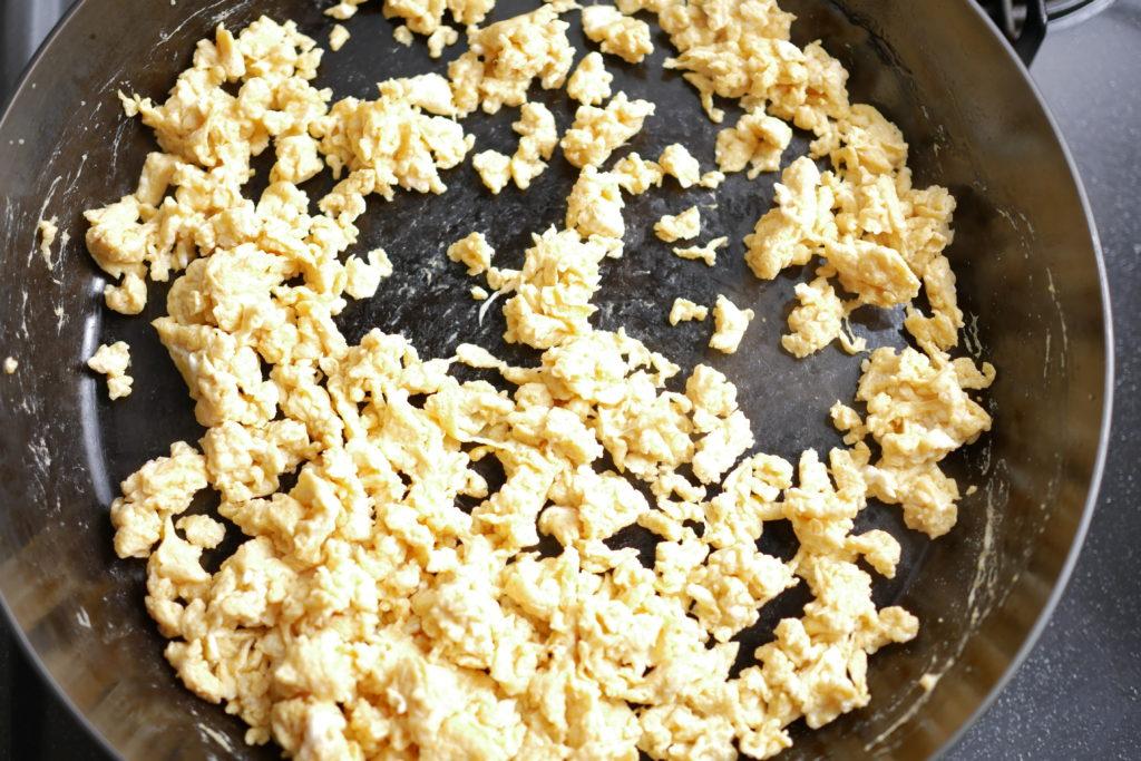 炒り卵を作る