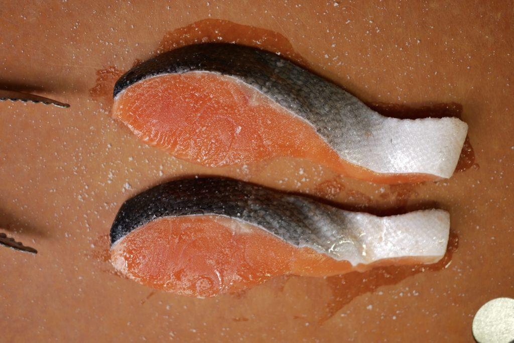 鮭へ塩をふる