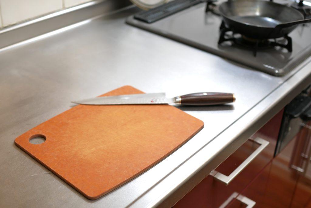エピキュリアンカッティングボードボードをキッチンに置く