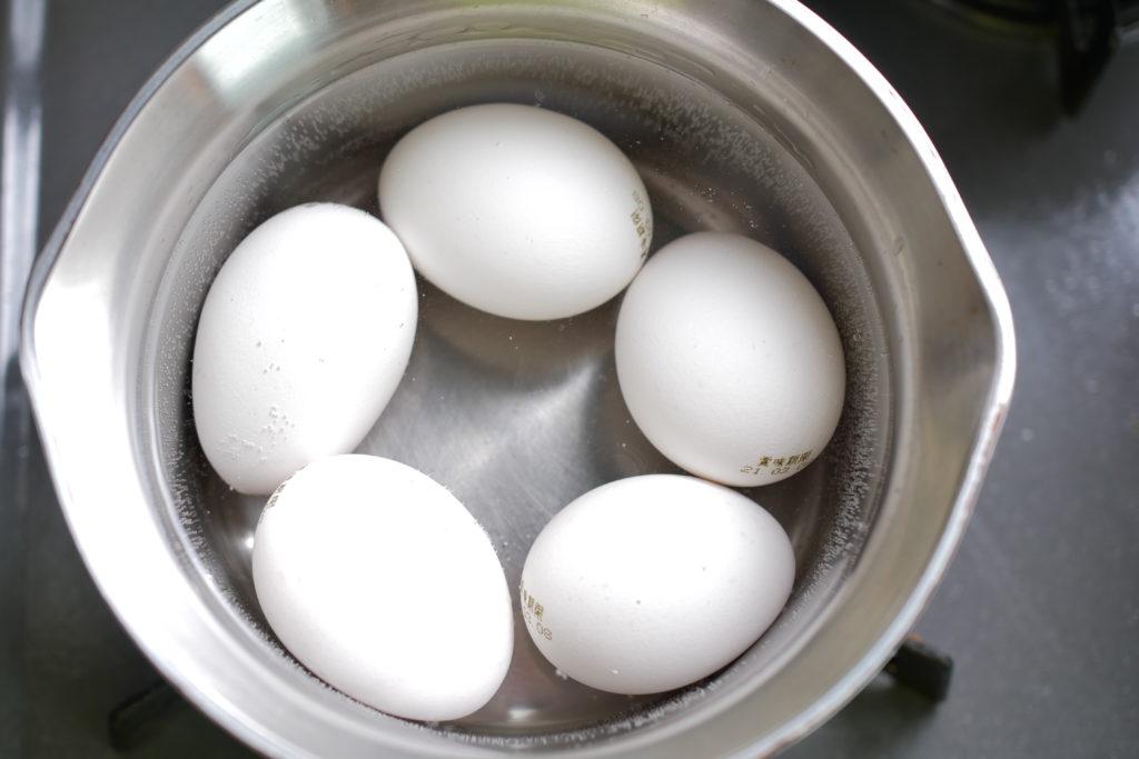 卵を茹でる