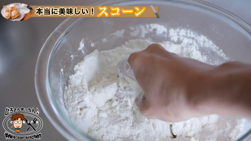 強力粉へバターを馴染ませる