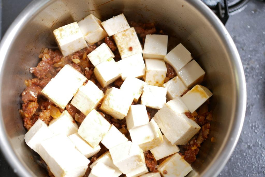 豆腐を蒸し焼きにする