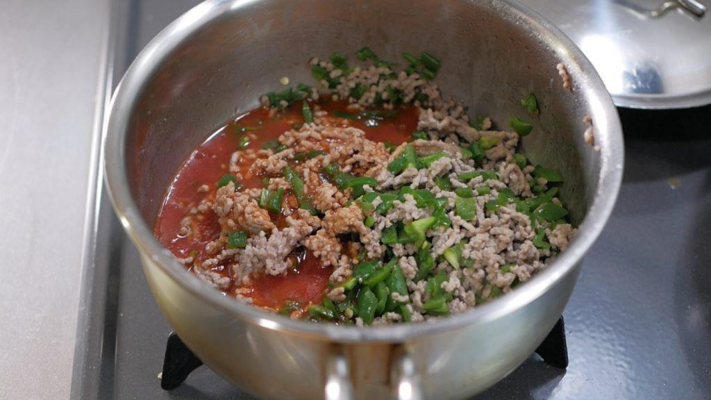 トマトジュースで煮込む