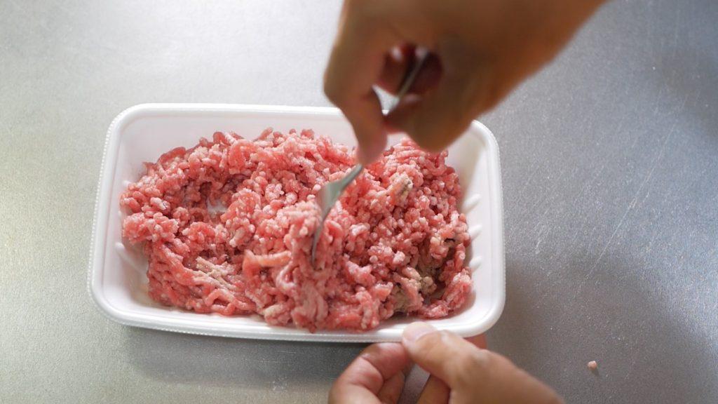 ひき肉へ塩、佐藤で旨味の補強